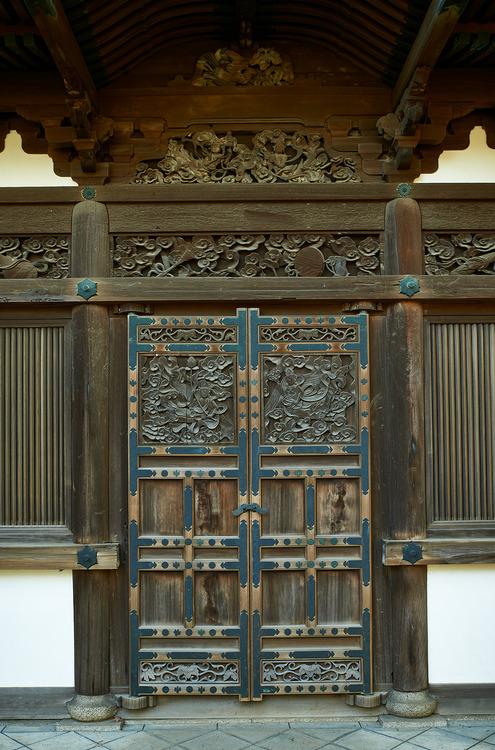Temple door Yokohama  Japan  Photo Bernard Languillier