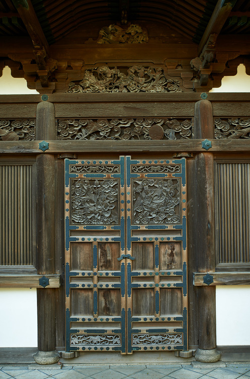 Temple door Yokohama  Japan  Photo Bernard Languillier